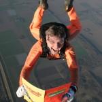 Een parachutist in de lucht, uw advertentie in de maak